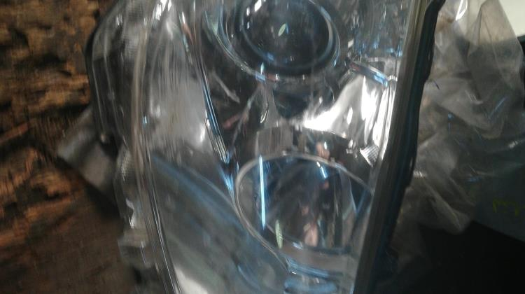 ضو امامي يمين تويوتا بريوس سي 2012