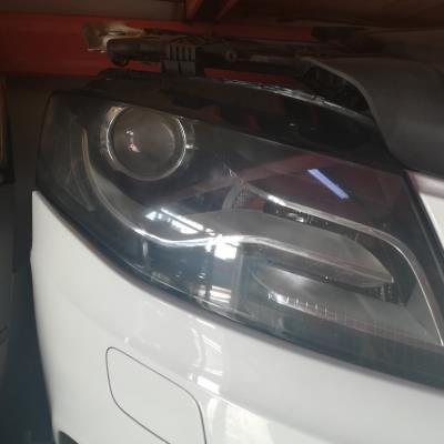 ضو امامي يمين اودي A4 2012